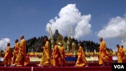 Para biksu berjalan di depan candi Borobudur saat berlangsung prosesi perayaan Waisak di tempat ini, Selasa (17/5).
