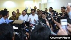 Presiden Joko Widodo memberikan keterangan di Rumah Sakit dr. Zainoel Abidin di Banda Aceh Kamis malam 8 Desember 2016. (Foto: Biro Pers Kepresidenan)