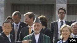 Sekjen PBB Ban Ki-moon, Presiden Hamid Karzai, dan Menlu AS Hillary Clinton, dalam konferensi donor di Kabul, Afghanistan 20 Juli 2010.