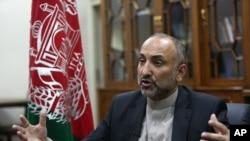 2015年10月24日,阿富汗國家安全顧問阿特馬爾在喀布爾接受採訪(資料照片)