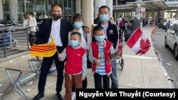 Ông Nguyễn Văn Thuyết và gia đình khi đến sân bay Toronto Pearson International ở Canada.