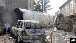 Части бензовоза после взрыва.