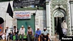 Umat Muslim duduk di luar masjid usai peringatan 25 tahun penghancuran masjid Babri abad ke-16 oleh massa Hindu di kota Ayodhya, India, 6 Desember 2017. (Foto: dok).