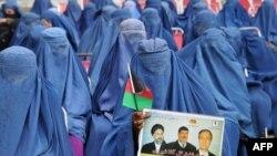 Perempuan bercadar Afghanistan menghadiri kampanye kandidat pemilihan Presiden Afghanistan, Gul Agha Shirzai di Jalalabad, provinsi Nangarhar (8/3).