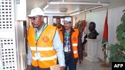 Hình của hãng tin SANA cho thấy các giám sát viên của Liên đoàn Ả Rập đi bộ trong một tòa nhà của chính phủ tại thành phố Daraa ở miền nam Syria, ngày 29/12/2011