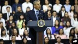 AQSh Prezidenti Barak Obama vyetnamlik yoshlar davrasida, 25-may, 2016-yil.