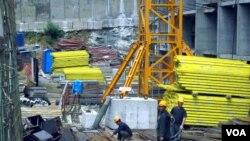 지난 2012년 러시아 블라디보스톡 건설 현장에서 일하는 북한 노동자들. (자료사진)