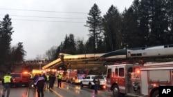 據華盛頓州公路巡邏隊提供的照片顯示在2017年12月18日西雅圖南部出軌的美國鐵路列車