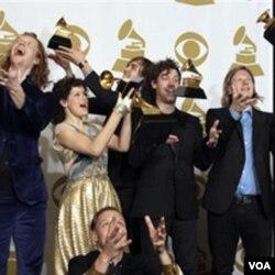 Arcade Fire di balik panggung setelah menyabet Grammy untuk kategori Album Terbaik, Minggu (2/13).