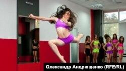 Поліна каже, що їй більш довподоби танець белліденс тому, що в нього можна додавати будь-який стиль