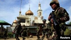 Lực lượng an ninh Philippines sử dụng nhiều loại khí tài nhằm tìm cách triệt hạ các tay súng thân Nhà nước Hồi giáo trong ngày thứ tám liên tiếp.