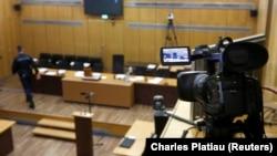Une salle prête pour le procès d'un Rwandais accusé de génocide à Paris, le 4 février 2014.