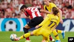 ဘာစီလိုနာက Antoine Griezmann(ယာ)၊ Athletic Bilbao က Raul Garcia တုိ႔ အႀကိ္တ္အနယ္။ (ၾသဂုတ္လ ၁၆၊ ၂၀၁၉ )
