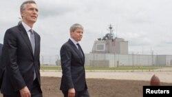 El secretario general de la OTANm Jens Stoltenberg (izquierda) y el primer ministro rumano, Dacian Ciolos, estuvieron presentes en la inauguración del sitio antimisiles.