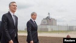 Le secrétaire général de l'Otan Jens Stoltenberg et le Premier ministre roumain Dacian Ciolos arrivent pour l'inauguration de la base aérienne de Deveselu, le 12 mai 2016.
