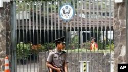 一名印尼警卫守卫在美国驻印尼大使馆前(资料照片)