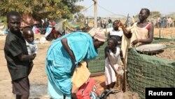 Une famille déplacée arrivant dans un complexe onusien proche de Juba