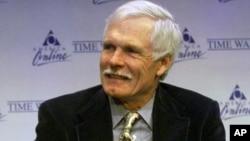 Mantan eksekutif Time Warner Inc., Ted Turner dalam sebuah konferensi pers (foto: dok). Time Warner akan menghapus jaminan kesehatan bagi pensiunan.