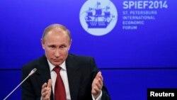 Presiden Rusia Vladimir Putin berbicara dalam Forum Ekonomi Internasional St. Petersburg 2014 (SPIEF 2014) di St. Petersburg, 23/5/2014.