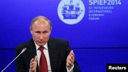El presidente Vladimir Putin habla en el Foro de San Petersburgo.