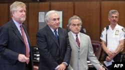 Cựu Tổng giám đốc IMF Dominique Strauss-Kahn (giữa) và luật sư của ông tại một phiên tòa ở New York