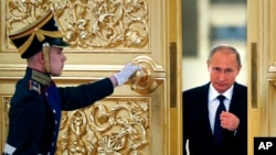 Presiden Rusia Vladimir Putin, kanan, memasuki Alexadrovsky Hall untuk memimpin pertemuan Dewan Kepresidenan untuk Masyarakat Madani dan HAM di Kremlin di Moskow, Rusia, Kamis, 1 Oktober 2015. (Foto: dok. Yuri Kochetkov/Pool photo via AP)