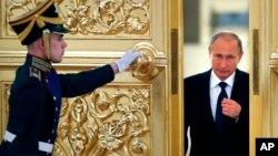 Presiden Rusia Vladimir Putin memasuki Alexadrovsky Hall untuk memimpin rapat Dewan Presiden untuk Masyarakat Sipil dan HAM di Moskow, Rusia (1/10).