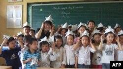 Cô Michiko Nimura cùng các em học sinh trong giờ học thủ công ở trường Tân Mỹ