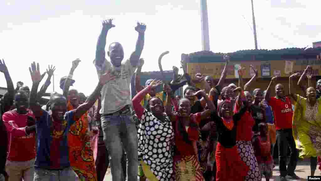 La foule célèbre après l'annonce de la destitution du président Pierre Nkurunziza par un haut gradé de l'armée à Bujumbura, au Burundi le 13 mai 2015.