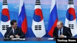 문재인 한국 대통령(왼쪽)과 블라디미르 푸틴 러시아 대통령이 6일 러시아 블라디보스토크 극동연방대학교에 마련된 언론발표장에서 대화하고 있다.