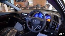 مقامی اسمبلرز کی تیار کردہ گاڑیوں کی فروخت میں بھی خاطر خواہ کمی ریکارڈ کی جارہی ہے۔ (فائل فوٹو)