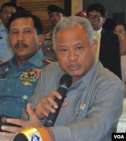 Menteri Pertahanan Purnomo Yusgiantoro saat memberikan penjelasan mengenai pembelian enam pesawat tempur Sukhoi dari Rusia (7/3).