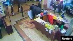 지난달 19일 케냐 나이로비 쇼핑몰에서 발생한 테러 진압 도중 물건을 훔치는 군인들의 모습이 폐쇄 회로 화면에 잡혔다.