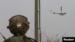 Izraelski vojnik posmatra helikopter UN-a kako nadleće izraelsko-libansku granicu u blizini severnog grada Metula, 29. decembra 2013.