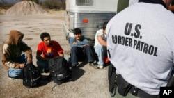 Nhân viên Tuần tra Biên giới Mỹ bắt giữ một nhóm các di dân bị tình nghi nhập cư trái phép tại biên giới Arizona-Mexico