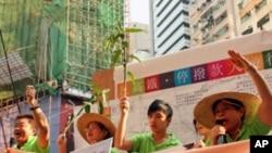 一些菜园村居民在铜锣湾抗议政府高铁计划