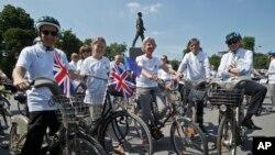 Embajadores de varios países en Francia posan con sus bicicletas para la prensa para promover la próxima cumbre sobre cambio climático en París.