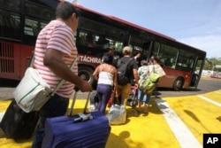 Người Columbia bị trục xuất chuẩn bị lên xe buýt đưa họ đến biên giới Venezuela và Columbia hôm 25/8/2015.