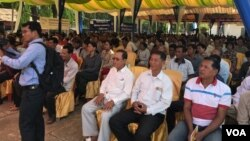 Attendees asked questions about unemployment, migration, health care, access to water, drug abuse and security, among other issues, Wat Tamem Commune, Battambang province, Cambodia, Monday May 22, 2017. (Sok Khemara/VOA Khmer)