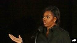 美国的第一夫人米歇尔.奥巴马星期六在纽约中央公园举行的环球公民节日上讲话。