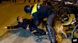 پلیس ضد شورش هلند با تجمع کنندگان حامی اردوغان در مقابل کنسولگری ترکیه در روتردام برخورد کرد.