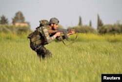 Một chiến binh của phiến quân Syria trong một cuộc huấn luyện quân sự chống lại lực lượng trung thành với Tổng thống Assad, ngày 20/4/2015.