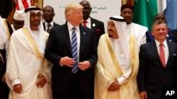 លោកប្រធានាធិបតី Trump និយាយទៅកាន់ស្តេច Salman ខណៈពេលថតរូបជាមួយមេដឹកនាំនានានៅឯកិច្ចប្រជុំកំពូលអារ៉ាប់ឥស្លាមនិងអាមេរិក នៅឯមជ្ឈមណ្ឌលសន្និសីទ King Abdulaziz កាលពីថ្ងៃអាទិត្យ ទី២១ ខែឧសភា ឆ្នាំ២០១៧ នៅក្នុងរាជធានី រីយ៉ាដ ប្រទេសអារ៉ាប៊ីសាអូឌីត។ (រូបថត៖ AP/Evan Vucci)