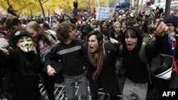 Demonstranti preskaču policijske barikade u Zukoti parku u Njujorku 17. novembra 2011.
