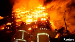 Una construcción donde se levantaban un complejo de vivienda de siete pisos fue consumido por las llamas, luego que los bomberos tardaron una hora y media en controlar el fuego.