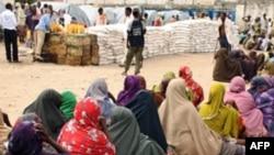 Сомалійські жінки у центрі розподілу харчових товарів