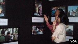 Para pengunjung pameran karya foto jurnalistik Hari Pengungsi Sedunia 2015 di Pusat Kebudayaan Jerman, Jakarta. (VOA/Budi Nahaba)