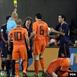 Wasit harus mengeluarkan 13 kartu kuning dalam pertandingan final Piala Dunia 2010, delapan untuk pemain Belanda dan lima untuk pemain Spanyol.