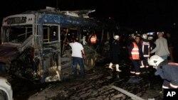 Nhân viên cứu hộ khẩn cấp tại hiện trường của vụ nổ tại Ankara, Thổ Nhĩ Kỳ, Chủ Nhật ngày 13 tháng 3 năm 2016.