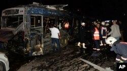 Petugas layanan darurat tiba di lokasi ledakan di Ankara, Turki (13/3).